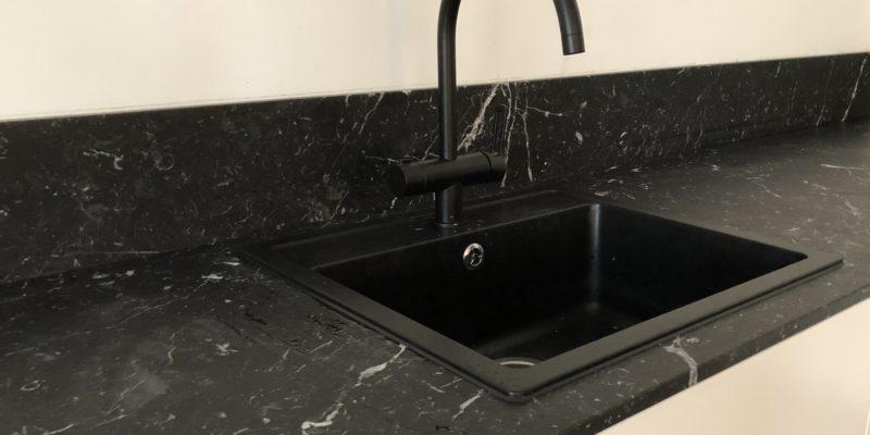 Schwarzer Marmor – die luxuriöse Perle eines gemütlichen Heims